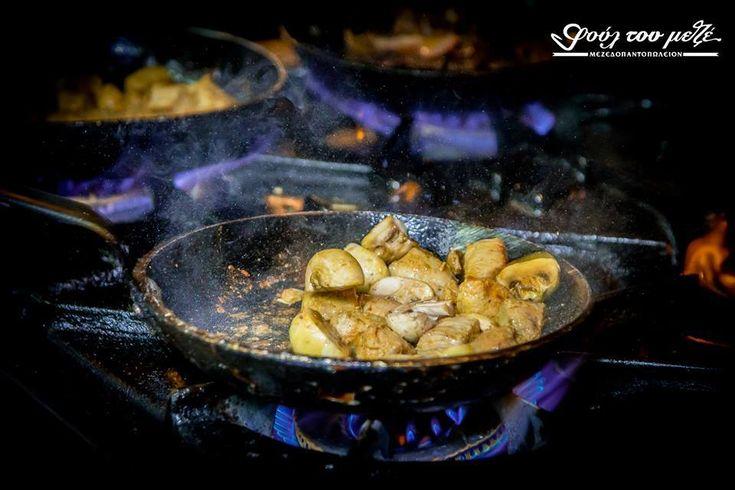 Χοιρινή τηγανιά με μανιτάρια... λίγο πριν σερβιριστεί! #φούλτουμεζέ #ουζομεζεδοπωλείον #Θεσσαλονίκη #Λαδάδικα