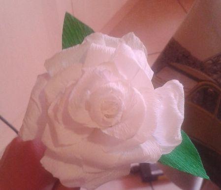 rosa realizzata con carta crespa