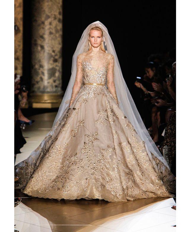 Immaculée, voluptueuse et poétique, la robe de mariée est le clou final des défilés haute couture. Tout en voile, dentelle, broderies et faille de soie, voici une sélection White Spirit des  plus beaux modèles vus sur les podiums de la fashion week haute couture automne-hiver 2012-2013.