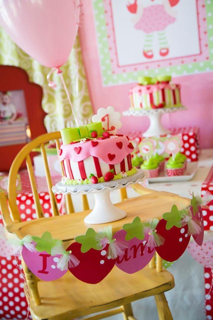 gâteau d'anniversaire bébé fille décoré de rayures,fraises et cœurs rouges
