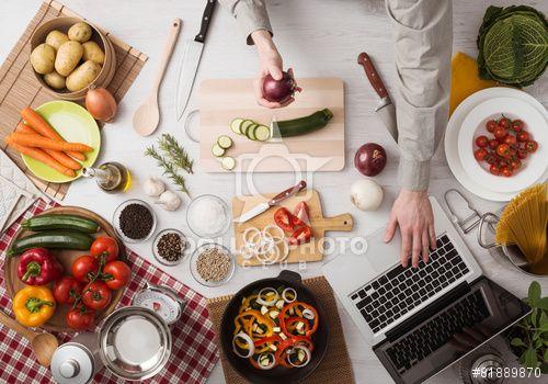 https://pl.dollarphotoclub.com/stock-photo/Man cooking with laptop/81889870Dollar Photo Club - miliony zdjęć stockowych w cenie 1$ każde