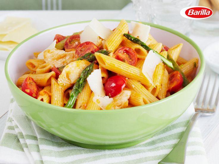Leckerer Salat aus warmer Barilla Penne Rigate mit Hähnchen, Spargel und Barilla Pesto Rosso.