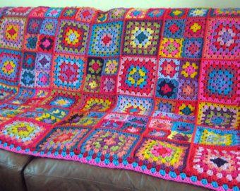 Una hermosa manta de cuadrados afganos de abuela todos ganchillo junto con magníficos brillantes diversos hilados coloreados. Brillantes, alegres y feliz, coloridos cuadrados de la abuela. Ideal para cama, sofá, coche, caravana, fiestas, picnics etc..  Esta manta será que una adición agradable y valiosa a alguien es familia y el hogar.  Medidas 45 x 45 aprox. con hilado de acrílico de buena calidad es suave, tanto como sea posible y caliente. Lavable a máquina y puede ser secado a baja…