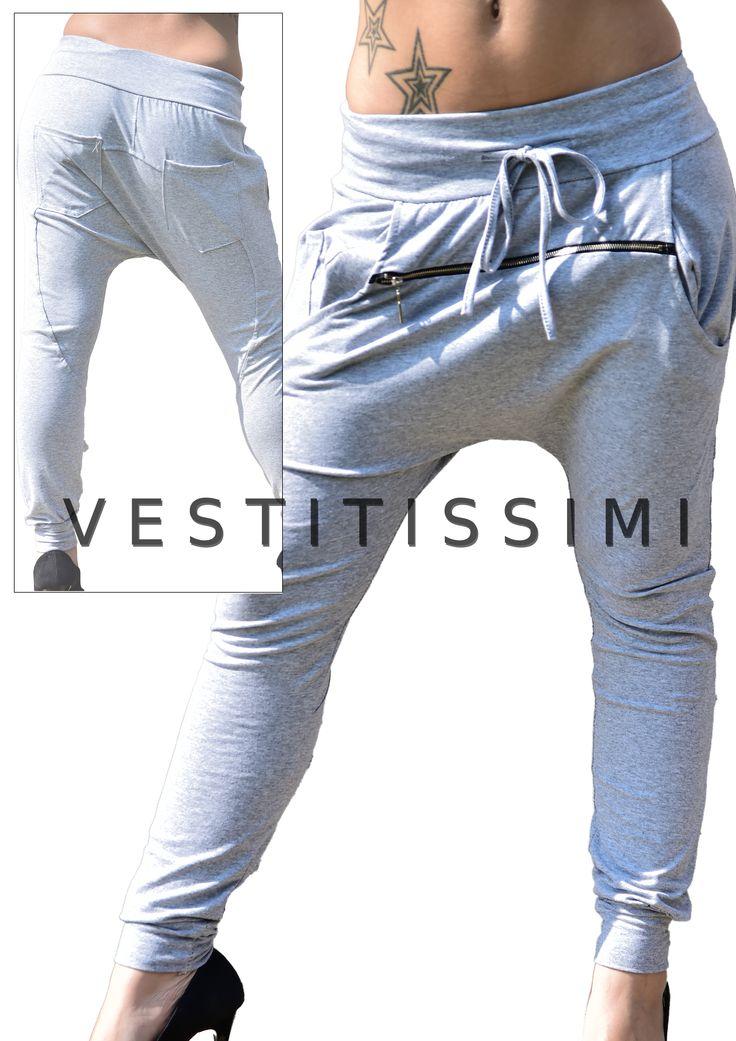 Pantalone donna colore grigio, cerniera frontale, chiusura con lacci e tasche. Pantaloni fitness tuta stile harem con cavallo basso.