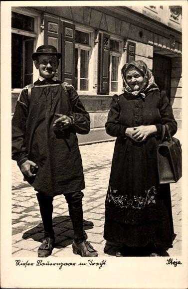 Ansichtskarte / Postkarte Rieser Bauernpaar in Trachten, Altes Ehepaar, Frau mit Handtasche, Mann mit Zigarre