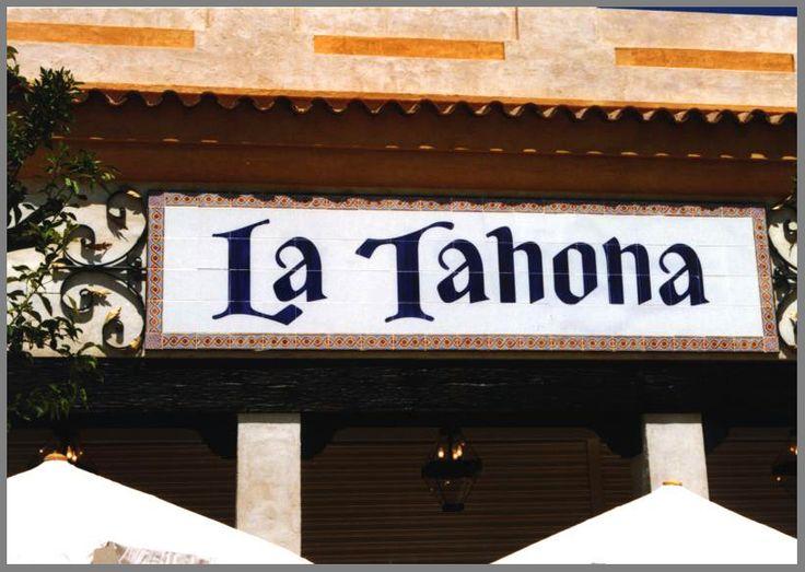 Cartel de azulejos pintados a mano, vitrificados a 800ºC. Isla Mágica, Sevilla. Realización: www.troppovero.com