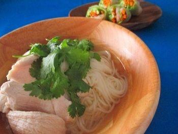 鳥の胸肉をたっぷり添えて、生姜とナンプラーの味を楽しみます。温かくても冷たくても美味しいそうめん。