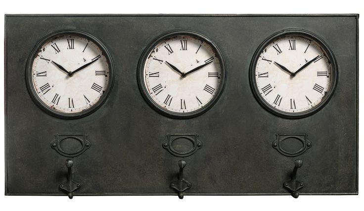 """Zegary Loft Belldeco to propozycja dla osób lubiących oryginalne dodatki do wnętrz. Są to trzy zegary, każdy zasilany jedną baterią AA (tzw. """"paluszek""""), umieszczone w metalowej tablicy i przeszklone. Tarcze zegarów są stylizowane na stare poprzez ciemne, nieregularne plamki. Pod każdym z zegarów znajduje się odstający od tablicy, metalowy wieszak. Do zegarów proponujemy w naszym sklepie inne dodatki i meble z serii Loft Belldeco, takie jak komody, szafki, tablice czy wieszaki ścienne."""