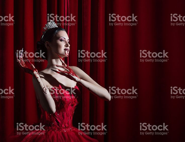 vamp girl on the throne Стоковые фото Стоковая фотография