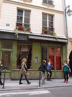 パリの中で一番マレが好き。週に3度くらいは行っていました。 アパルトマンに帰宅するたび、フランス人の友達に 「また行ったの?!」と驚かれるくらい。 このニットワンピを着ると、大好きなあの町の匂いがする気がします