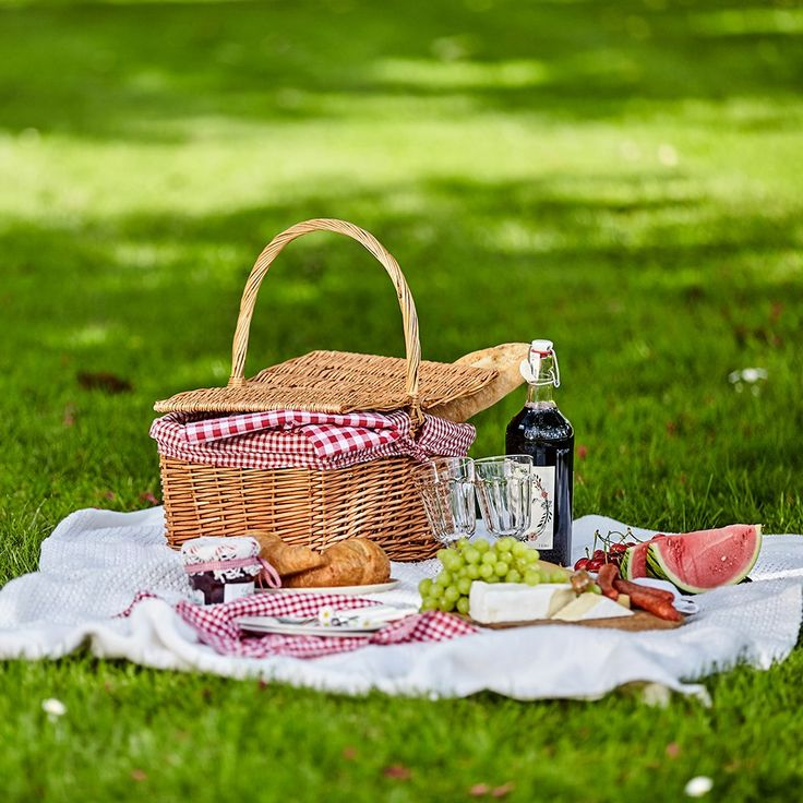 recette-pique-nique-journée-en-plein-air-dans-la-nature-plats-à-emporter-avec-soi-dans-un-panier-pique-nique-idee-de-menu-facile-et-rapide