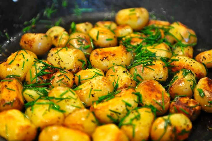 Fried Potatoes: Toss potatoes with onion, garlic, dill, salt and pepper along with 1 tbsp oil. Cook for 15 minutes.