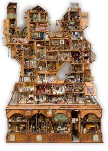 * Het Muizenhuis is bijna twee meter breed en drie meter hoog.     * De bouw van het huis duurde wel drie jaar!     * Het telt meer dan honderd kamers.     * Er zijn ook nog buitenruimtes, werkplaatsen en steegjes.     * Onderin bevinden zich de werkruimten zoals een brouwerij, een       klompenmakerij en een rietvlechterij.     * De voorkant van het huis telt de meeste kamers, gangen en trappen.     * Helemaal onderin aan de achterkant van Het Muizenhuis worden tapijten       gemaakt en doe