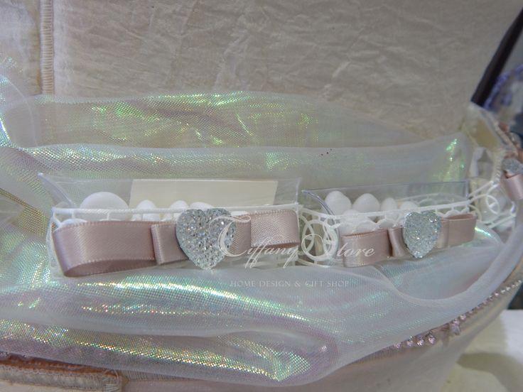 Bomboniere scatoline in cristallo multiuso e tubicini in pvc ... in stile american style.. con cuoricino punto luce e ..confezionati con 5 confetti Maxtris, chiuso con gioco di fiocchi in nastro...di raso ... dalle mani esperte di Tiffany Store Lab
