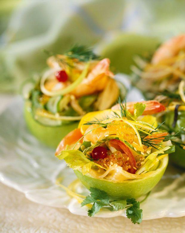 Frisse salade met gerookte zalm en tijgergarnalen in een appelmandje