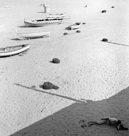 Piergiorgio Branzi - Spiaggia a Ischia, 1953 Stampa giclée Cm. 61 x 59,5 Firmata e timbrata;firmata, intitolata, datata, numerata e timbrata sul retro. Da un'edizione di 10.