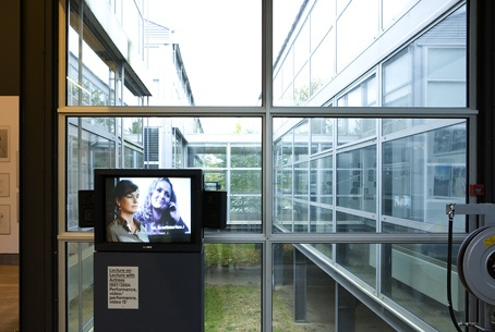 Barbara Visser, Lecture on lecture with actress (1997-2004). © Gert Jan van Rooij, Museum De Paviljoens