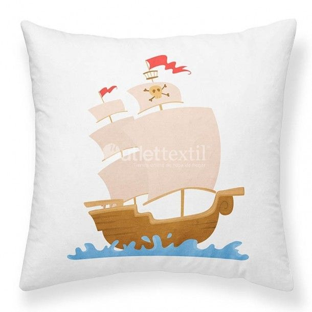 Cojín Decorativo HAPPY MOMENTS K De Colores. Divertida funda de cojín con la imagen de un gracioso barco pirata. A tus hijos les entusiasmará combinándola con el resto de cojines HAPPY MOMENTS y las fundas nórdicas SWEDEN.