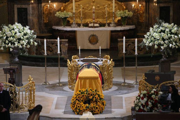 In der Hamburger St. Michaelis-Kirche sind zahlreiche Vertreter aus Politik,...