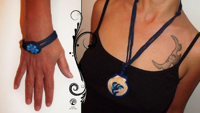 MARE BLUCollana realizzata con fettuccia in jeans, ciondolo con conchiglia poggiata su feltro blu con albero della vita in feltro e pietre azzurre.  Bracciale in jans con pietre che formano un fiore