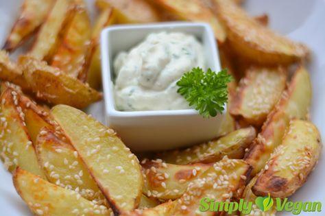 Sesam-Ofen-Kartoffeln mit Kräuteraioli ---------------------------------------  Zutaten (für 4 Personen):  ---------------------------------für die Sesam-Kartoffeln: - 800 g Karoffeln - 2 EL Olivenöl - 2-3 EL Sesam - etwas Paprikapulver - Salz  -------------------------------für die Kräuteraioli: - 100 ml Sojamilch - 1 TL Senf - 2 EL weißer Essig - 2 Knoblauchzehen - 1 EL gehackte Petersilie - 1 EL gehackter Schnittlauch - ca. 100-300 ml neutrales Pflanzenöl