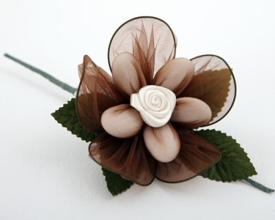 This Orchid flower is designed to lay flat on a plate or napkin or it can be used with a name card as a place setting. The flower contains 5 Avola Sugared Almonds or Chocolate Dragees. It will make a sweet wedding favor.