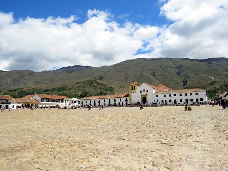 1. Plaza Mayor con piso en piedra y la iglesia al fondo. Es el espacio principal del pueblo que está enmarcado por una hilera montañas.
