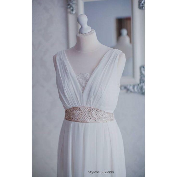 Długa biała suknia ślubna z szyfonu na wesele ze złotymi kamieniami