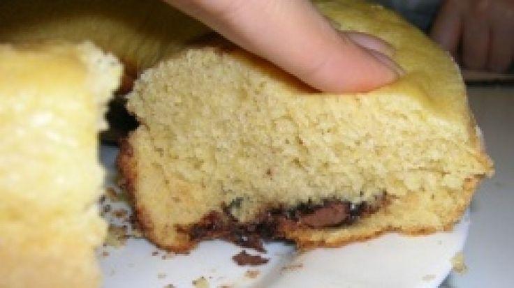 Ricetta Ciambella con farina di mais e Nutella: In una ciotola e con le fruste elettriche montare le uova con lo zucchero. Unite il latte e mescolare. Incorporate le farine setacciate e mescolare. Unite l