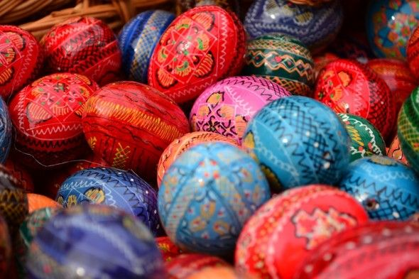 Happy Easter ! Learn why romanians paint the eggs in various colors