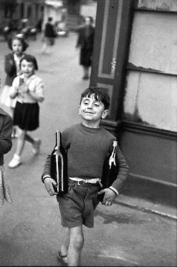 Quando criança, ganhava garrafas vazias de cerveja, trocava por doces, historias, sorrisos, ou simplesmente pelo prazer de continuar o ciclo. Um objeto sempre andando.