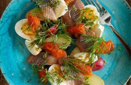 Recept på ljummen sallad på ägg, mandelpotatis, matjessill och brynt smör