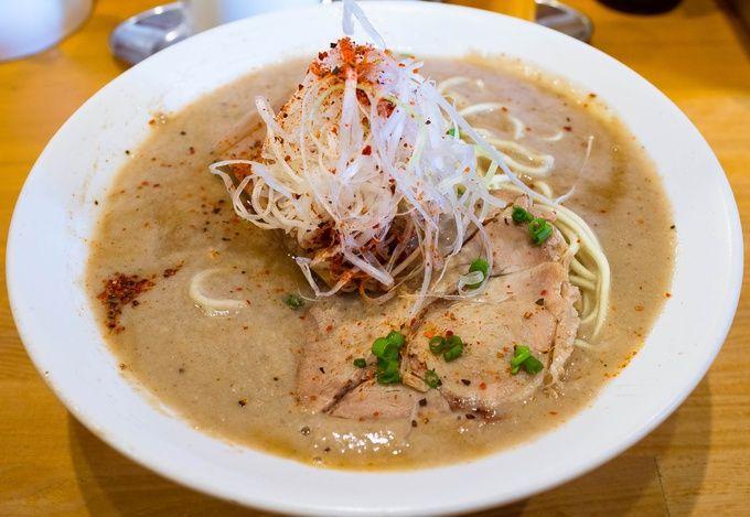 京都市内で1番の人気店と言えば、間違いなくここ。その人気は京都のラーメン超激戦区、一乗寺エリアでも別格の存在です。単に骨からダシを取るのではなく、それに加えて大量の鶏肉を使用するというスープは、驚くほど超濃厚でありながら臭みや脂っぽさはなく、ここでしか味わえない極上の1杯。まさに店名通り、鶏を極めたと言っても過言ではないでしょう。京都に来たらラーメンというジャンルに留まらず、絶対に訪れておきたい飲食店の1つ。