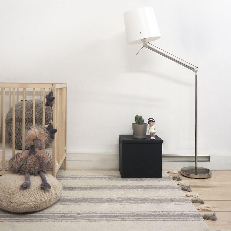 Le tapis rayé gris glacier sur fond crème avec pompons  de la marque Lorena Canals apportera la touche décorative et tendance à la chambre de votre enfant. Confortable et robuste, il a le grand avantage d'être lavable en machine.