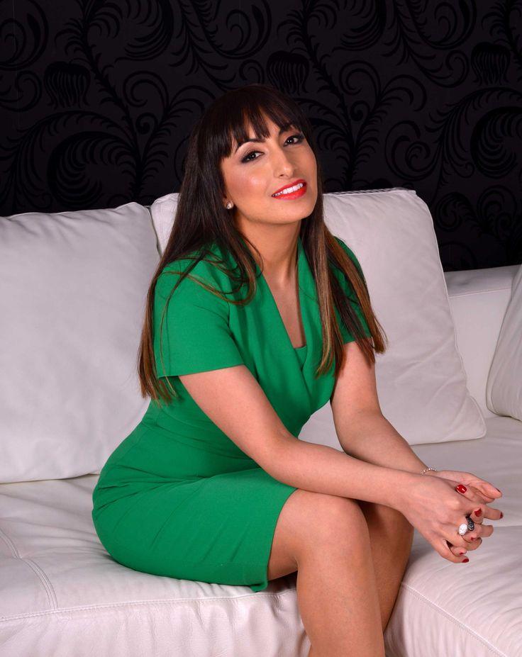 5'1 CEO Jess wears her Jeetly Darcy dress  #petite #girlboss #workwear #petitefashion #green #dress