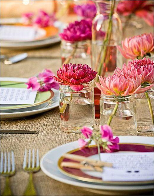 tarros cristal con flores cortadas - como decorar una fiesta en el jardin