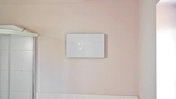 Hoch an der Wand angebrachtes IR-Paneel