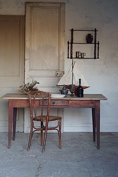 枯れた質感のテーブル-antique pine&oak table この後様々な生活の痕跡をその天板に残すだろう乾いたテイスト、ほぼクリアワックスだけを塗り重ねてきた有りのまま、と形容。贅沢にお一人向け、書斎に置くデスクとして広く活用、或いはゆったり間隔が取れる4人様用ダイニングテーブルとされても何ら無理はなく、整理に向いた仕切り付き抽き出しもオリジナル。 ※こちらの商品はメンテナンス前のお品です。 お届けまでに少々お時間をいただきます。詳しくはお問い合わせ下さい。