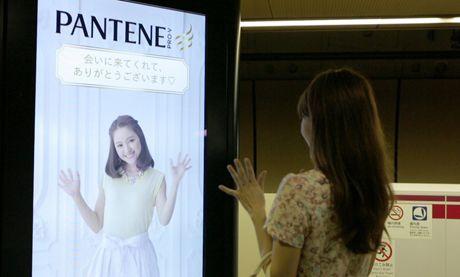 電車に反応し、髪やスカートが揺れ動く「CanCam」のサイネージ広告