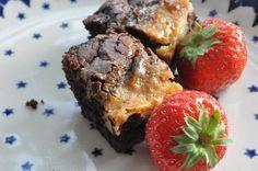 Halløj i skuret for en lækker kage der serveres til jordbærrene herhjemme i dag. En syndig, svampet og meget lækker brownie med kondenseret mælk på toppen. Orv hvor lækkert og verdens nemmeste kage er det ovenikøbet også. Den kondenserede