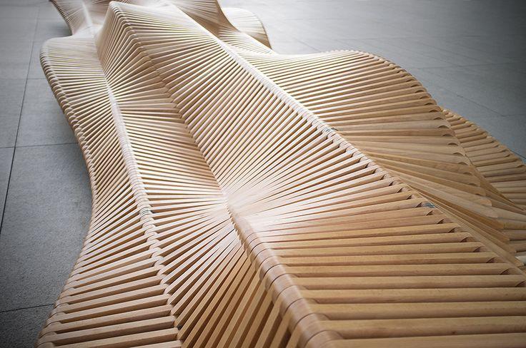 L'architecte et designer Piotr Żuraw présente UILIUILI, un banc en bois démesuré, réalisé pour l'université de Wroclaw. Un mobilier urbain révolutionnaire, résultat d'une combinaison de chaises balancelle...
