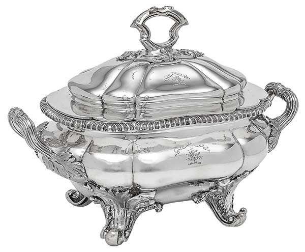 Sopeira de forma oblonga em prata inglesa do período vi..
