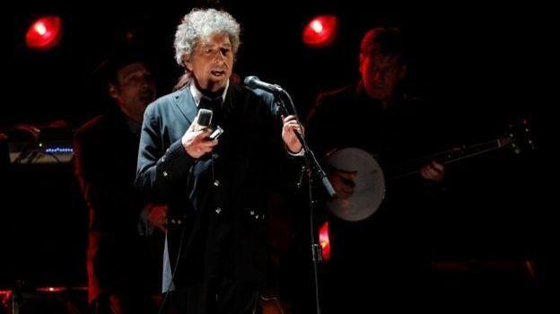 """Bob Dylan'ın Nobel Konuşması edebiyat ve şarkı sözleri üzerine oldu  """"Bob Dylan'ın Nobel Konuşması edebiyat ve şarkı sözleri üzerine oldu"""" http://fmedya.com/bob-dylanin-nobel-konusmasi-edebiyat-ve-sarki-sozleri-uzerine-oldu-h37529.html"""