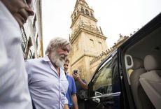Harrison Ford visita la Mezquita. . El actor ha estado en la ciudad acompañado de su pareja, Calista Flockhart, y ha comido en el Caballo Rojo.