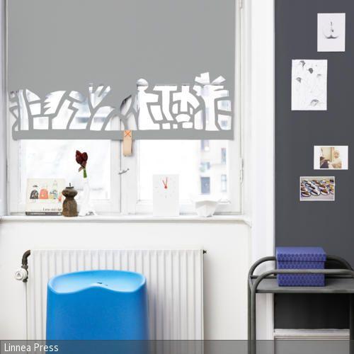 Mit diesem einfachen DIY-Trick kann ein Rollo individualisiert werden und als Dekoration für das Fenster dienen. Einfach Muster und Formen aus dem Rollo ausschneiden. …