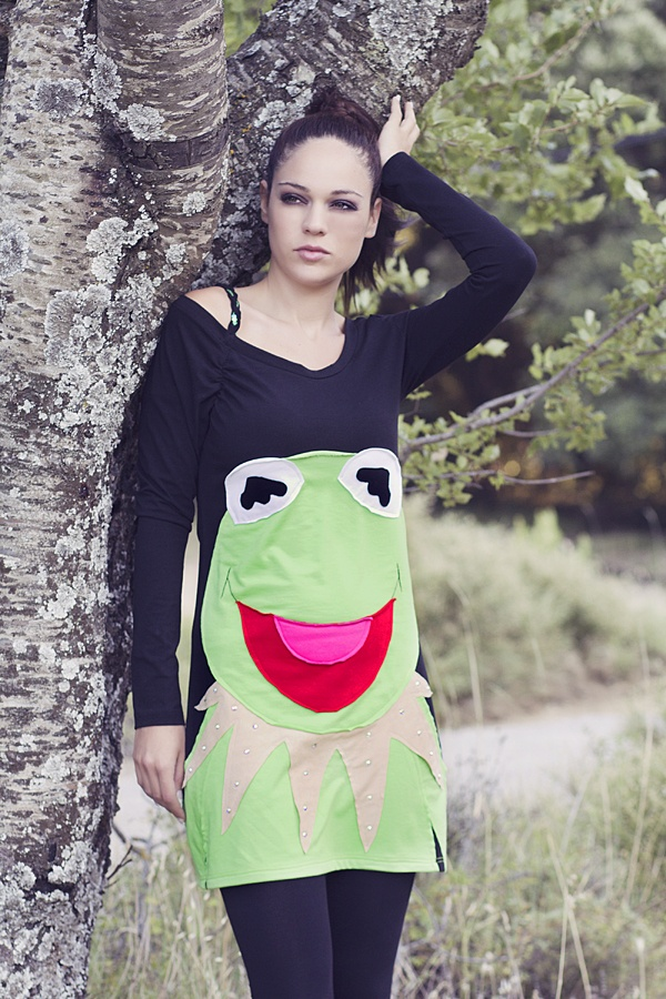 "Mπλουζοφόρεμα με ασυμμετρία στο ντεκολτέ και χειροποίητο απλικέ σχέδιο ""kermit the frog"" διακοσμημένο με κρύσταλλα swarovski."
