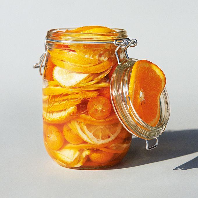シトラスの砂糖漬け □ Recipe 材料(約1ℓ分)/オレンジ2個 レモン1個 甘夏1個 ゆず1個 金柑約10個 A(グラニュー糖約150g 三温糖約50g) カルバドス、コアントローなどのリキュール大さじ1 ①Aは合わせておく。柑橘類はボウルに入れ、熱湯を回しかけて水気を拭き取る。 ②金柑以外の柑橘は上下を切ってスライスし、ゆずは2等分、甘夏は4等分して種を取る。金柑はへたを取って2等分し、種を取る。 ③煮沸消毒した瓶に②を少しずつ詰めながら、Aを小さじ1程度ふりかける。それを繰り返して瓶をいっぱいにし、最後にリキュールをふりかけてふたをし、丸一日おく。砂糖が溶けたら完成。しっかり漬かってなじんだら、そのまま食べられる。 ※柑橘はなるべくワックスのかかっていないものを。ネーブルオレンジを入れても。