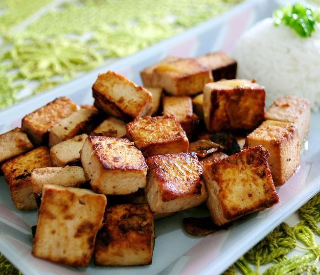 Como fazer tofu grelhado. O tofu é um alimento vegetariano produzido a partir da soja e que, por si só, não tem muito sabor. Por essa razão existe o tofu defumado e também é possível grelhá-lo. São sugestões saudáveis e fáceis...