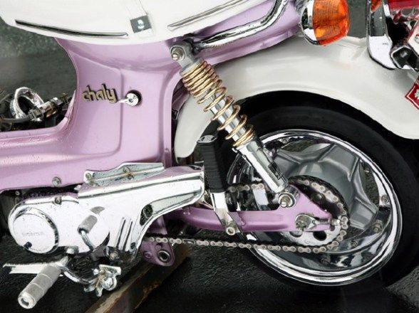 ローダウン仕様など硬派なカスタムで人気のシャリーだが、実は家族みんなで楽しめるファミリーバイクを目指して開発されたアットホームなモデル。女性にも人気のあった同車は時代の経過に伴い、フォルムも変化している。