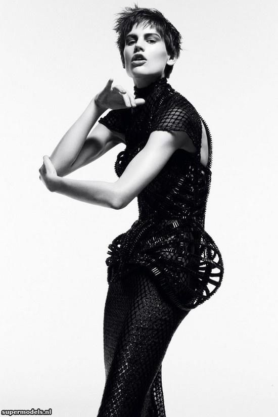 Saskia de Brauw in 'Meisterwerke' - Photographed by Daniel Jackson (Vogue Deutsch November 2012)    Complete shoot after the click...
